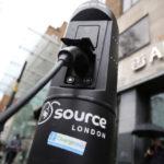 Электрический автомобиль подключен к точке зарядки в Лондоне, Великобритания